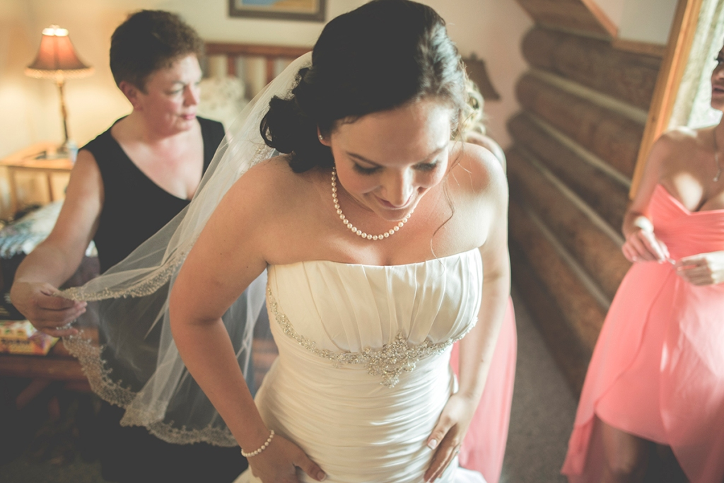 A+J A Bride getting ready by Jane Speleers photography at Wallace Falls lodge