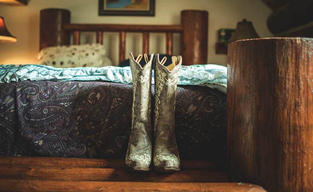 Bridal_boots_in_a_cabin_waiting_for_the_bride_by_Jane_Speleers_photography_DSC_7877