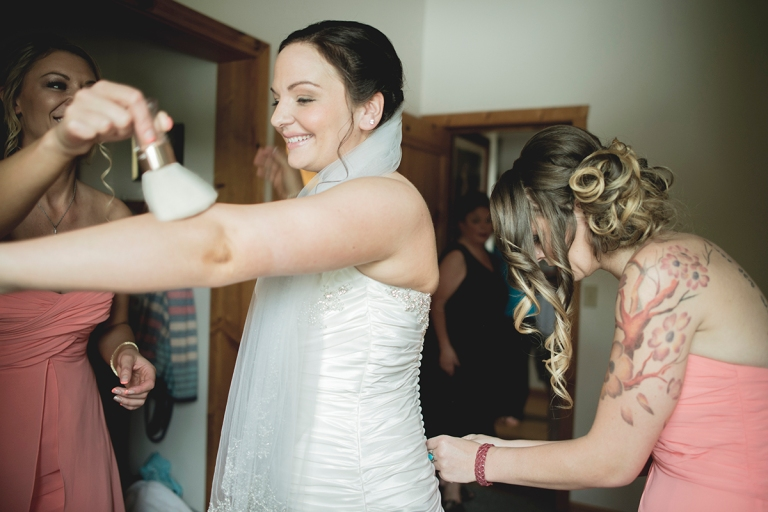 bride-and-friends-getting-body-powder-on-shinning-make-up-at-a-rustic-house-in-the-woods DSC_8073