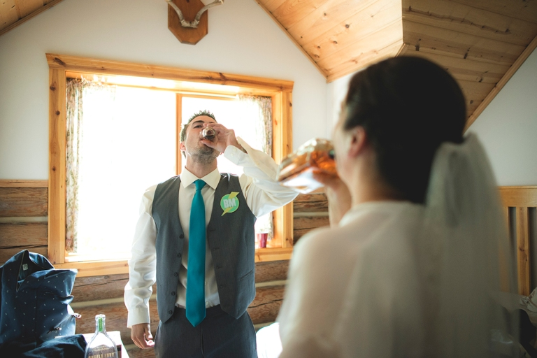 Bride_and_groomsman_celebrating_before_the_wedding_professional_photo_indoor_by_Jane_Speleers DSC_7975