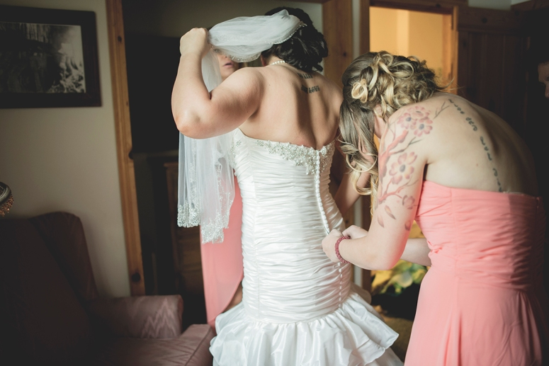 Bridesmaid_closing_zipper_wedding_in_the_forest_DSC_8070