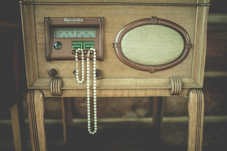 old-radio-photography-with-pearl-neacklace-at-a-wedding-in-the-woods-by-Jane_SpeleersDSC_7951