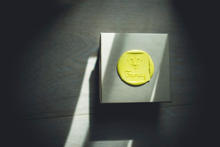this beautiful compostable yellow wax customized rings box holded the wedding bands