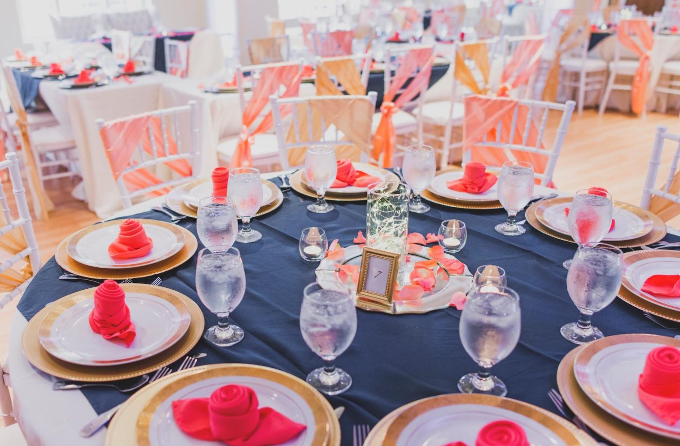 DSC_3069Everett_Wedding_Ballroom_Jane_Speleers_photography_Rachel_and_Edmund_cake cutting_2017