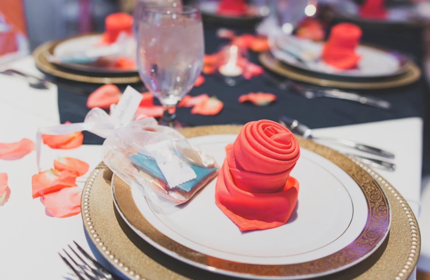 DSC_3079Everett_Wedding_Ballroom_Jane_Speleers_photography_Rachel_and_Edmund_cake cutting_2017