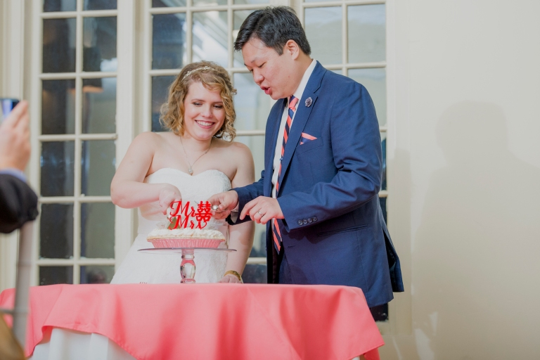 DSC_3295Everett_Wedding_Ballroom_Jane_Speleers_photography_Rachel_and_Edmund_cake cutting_2017
