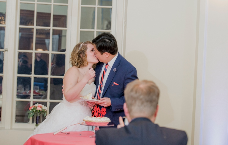 DSC_3303Everett_Wedding_Ballroom_Jane_Speleers_photography_Rachel_and_Edmund_cake cutting_2017