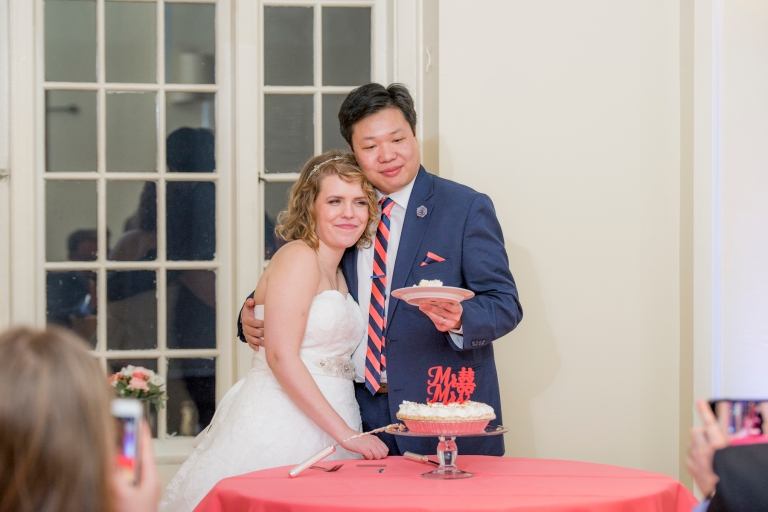 DSC_3313Everett_Wedding_Ballroom_Jane_Speleers_photography_Rachel_and_Edmund_cake cutting_2017